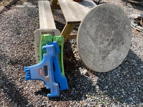 Photo kids table round table top scrap pallet lattice (Sylva)