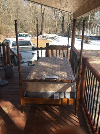 Photo Beautiful solid maple Ethan Allen twin bed - $150 (Hastings)