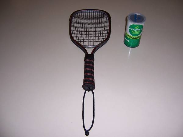 Photo FALCON DP LEACH RED METAL RACQUETBALL RACQUET WITH ONE BALL - $50 (BALDWINSVILLE, NY)
