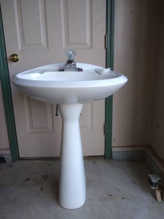 Photo Pedestal Sink  Moen faucet - $40 (cicero)