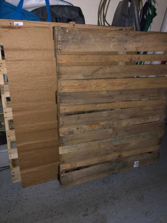 Photo Two wood pallets (free) (Clinton)