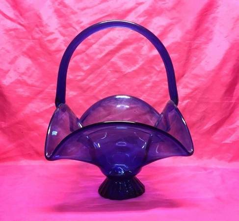 Photo VINTAGE COBALT BLUE HEAVY GLASS BASKET, FOOTED CANDY DISH WITH HANDLE - $20 (SYRACUSE)