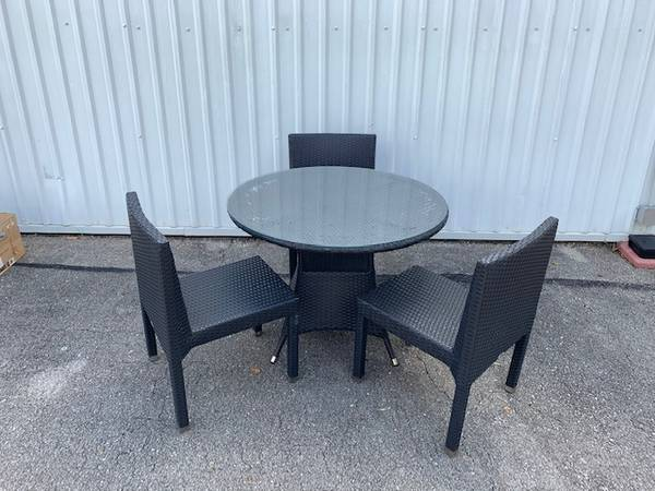 Photo ROUND GLASS TOP PATIO TABLE SET - $200 (Tallahassee)