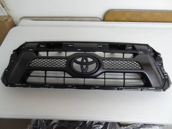 Photo 2012-2015 TOYOTA TACOMA FACTORY OEM GRILL - $49 (SPRING HILL)