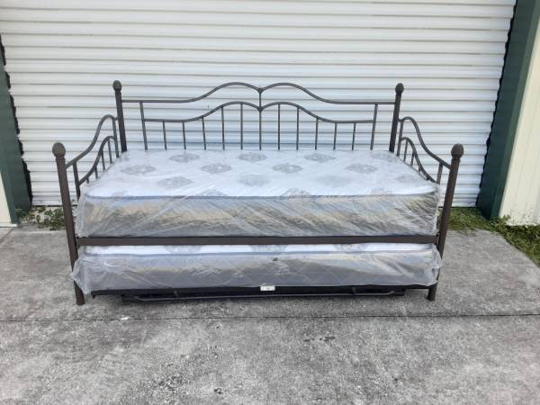 Photo Brown metal daybed with pop up trundle - $400 (Thonotosassa)