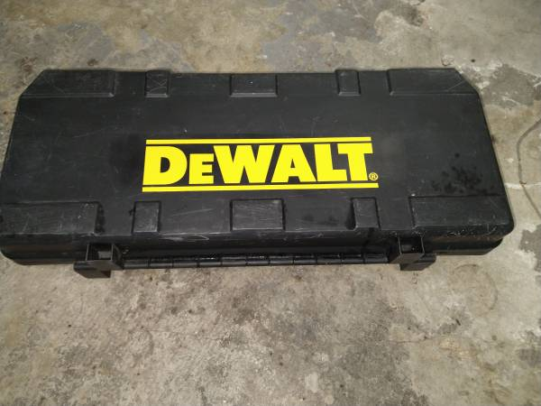 Photo Dewalt 18 volt reciprocating saw with charger and hard carrying case (BARELY use - $40 (Pinellas Park)