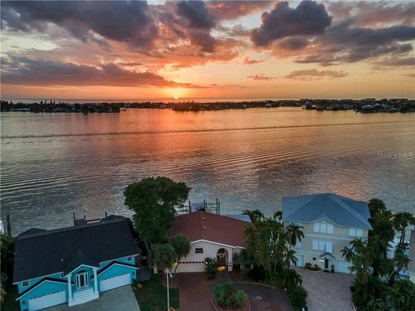Photo FOR SALE 43 WIDE OPEN DEEP WATER AND 2 BOAT LIFTS (ST. PETERSBURG)