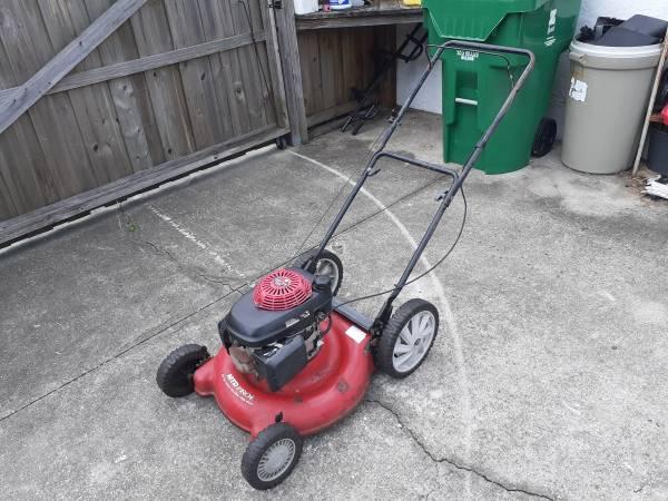 Photo MTD Yard Machines 21 inch mulching push lawn mower - $25 (Zephyrhills)