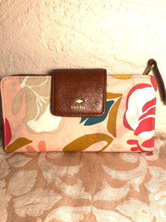 Photo PRETTY FOSSIL FLORAL LEATHER TRIM WALLET CLUTCH - $25 (St Petersburg)