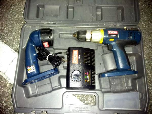 Photo Ryobi 18V Flashlight and Drill Set, Tool Box Complete With Tools (Largo)