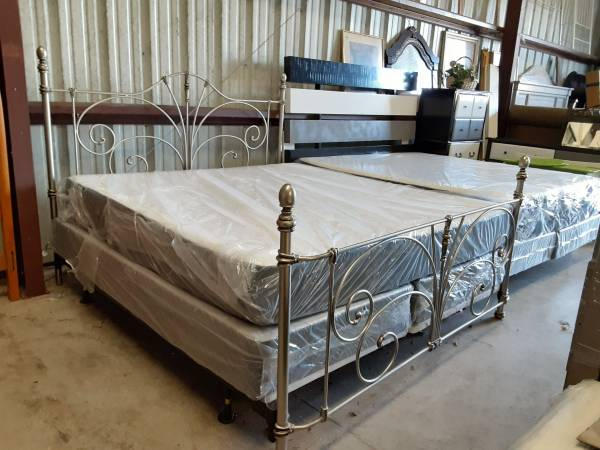 Photo Silver iron king bed - $500 (Thonotosassa)