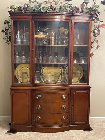 Photo Antique Mahogany Drexel china cabinet bowed glass front - $650 (Greenfield)