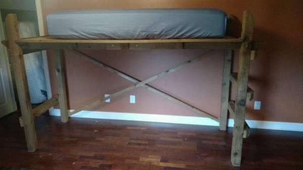 Photo Custom built twin bunk bed - $250 (New Palestine)
