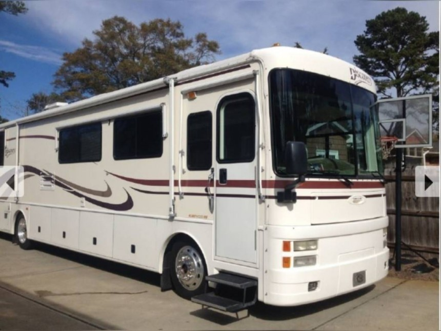 Photo Used 2000 Fleetwood Class A RV  $34999