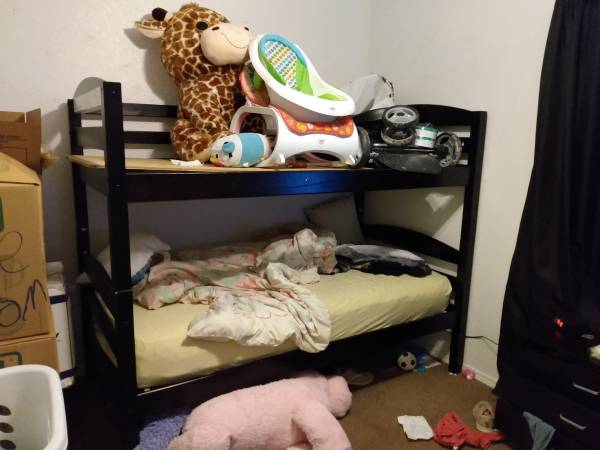 Photo Bunk bed set that can be two separate twin beds as well - $100 (Tishomingo)
