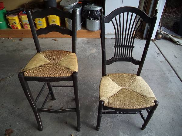 Photo Solid Wood Kitchen Table with 4 Wicker Chairs and 4 Stools - $100 (Royal Oak)