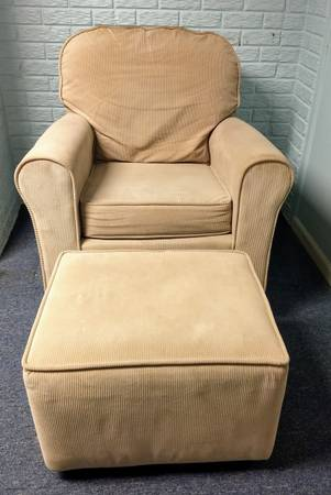 Photo Super comfortable glider with ottoman - $40 (Linden)