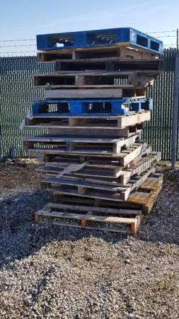Photo FREE Wood Pallets (Whitestown)