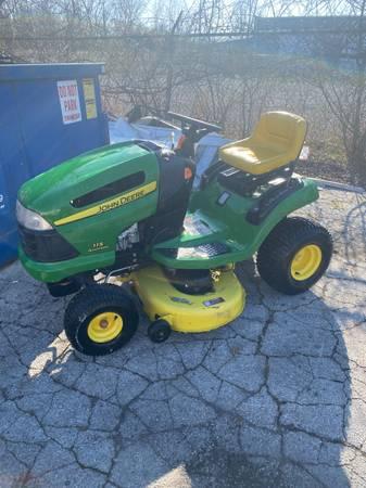 Photo John Deere Riding Lawn Mower - $750 (Toledo Ohio)