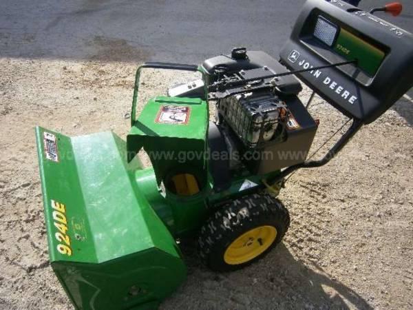 Photo Like new John Deere snowblower model 924De - $1 (Temperance)