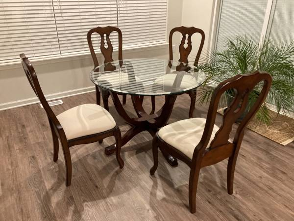 Photo POTTERY BARN GLASS TOP TABLE and FOUR CHAIRS - $475 (Lambertville)