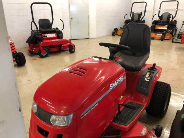 Photo SNAPPER LT 130 RIDING MOWER - $1995 (TOLEDO)