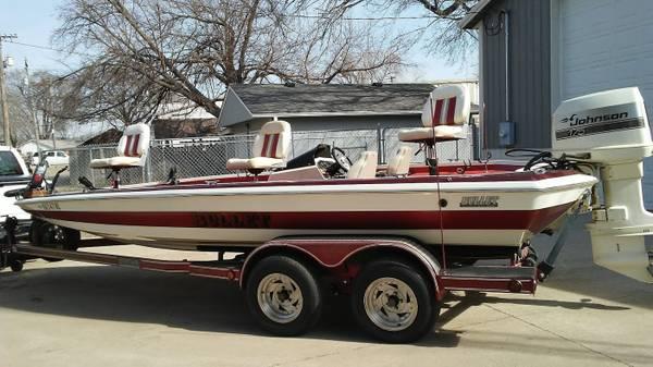 Photo 1987 22 Ft Bullet Bass boat - $10,500 (Topeka)