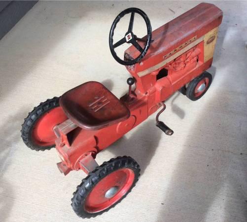 Photo Farmall International Harvester Eska 560 Pedal Tractor All Original - $600 (Lawrence)