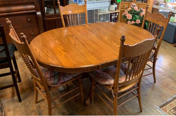 Photo Oak Dining Room Table with 2 Leaves, 4 Dining Chairs  Glass Top - $375 (Auburn)