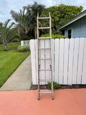 Photo 12 ft. Extension Ladder - $25 (Stuart)