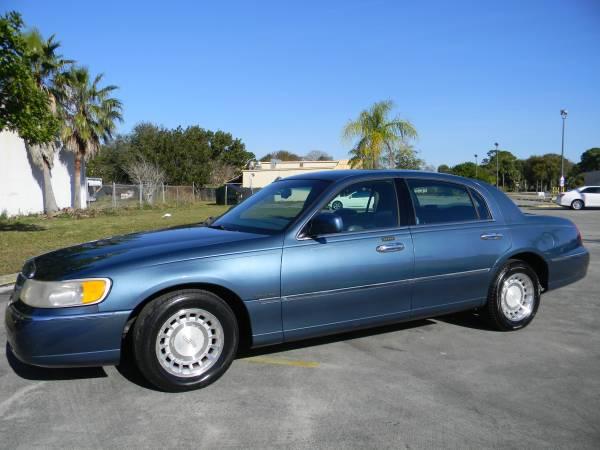 Photo 2001 LINCOLN TOWNCAR - $2,000 (APC AUTO SALES  FT.PIERCE)