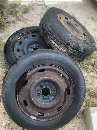 Photo 3-16 crown Vic steel wheelstires - $100 (Vero)
