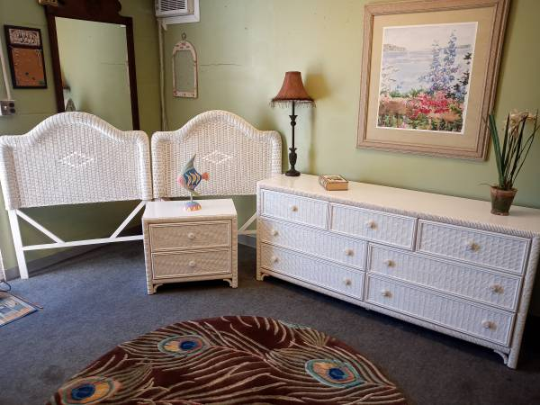 Photo Beautiful double twin white wicker bedroom set - $299 (Rockledge)