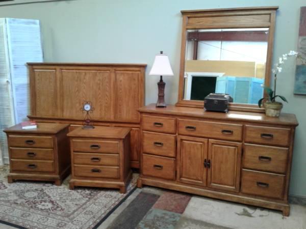 Photo Beautiful queen solid wood oak bedroom set Ashley Furniture, like new - $399 (Rockledge)