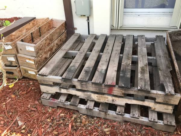 Photo Free pallets and wood boxes. PBG (Palm Beach Gardens)