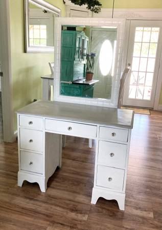 Photo Make Up Vanity or Desk with Mirror that can be removed - $189 (Port Saint Lucie)