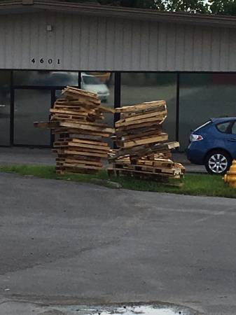 Photo FREE WOOD PALLETS (KnoxvilleHalls)