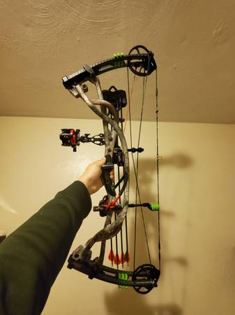 Photo Hoyt Carbon Element, treestand, target...sell or trade on firearms - $1,000 (bristol)