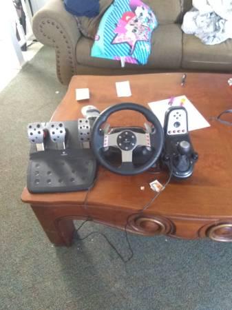 Photo Logitech g27 racing wheel - $225 (Johnson City)