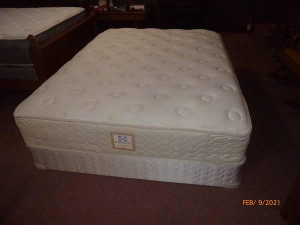 Photo Queen Sealy Posturepedic Mattress Set - $280 (Blountville)