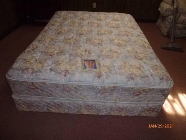 Photo Sealy Queen Posturepedic Mattress Set - $280 (Blountville)