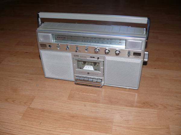 Photo Vintage Portable GE General Electric 3-5254A Boombox AM FM Cassette St - $25 (Grant and columbus)