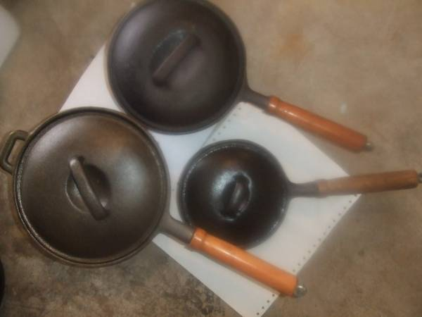 Photo CAST IRON 3 Pots Made In Taiwan OLD IRON WITH LIDS. (Owasso)