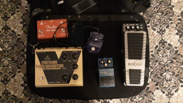 Photo GUITAR PEDALS AND POWERED PEDAL BOARD AND BAG. - $339 (Broken arrow)