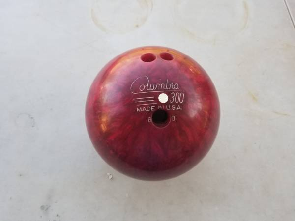 Photo Vintage Columbia 300 Red Bowling Ball - $30 (Decatur al)