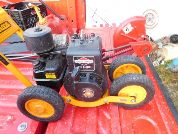 Photo Mclane walk behind Side walk Edger Gas powered - $150 (Dundee)