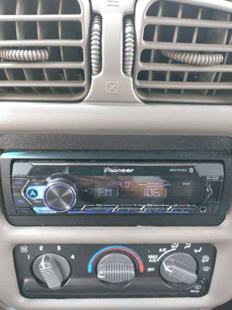 Photo Pioneer car stereo receiver - $35 (Wendell)
