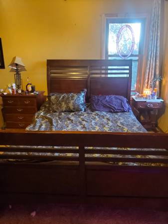 Photo Queen size sleigh bed - $350 (Buhl)