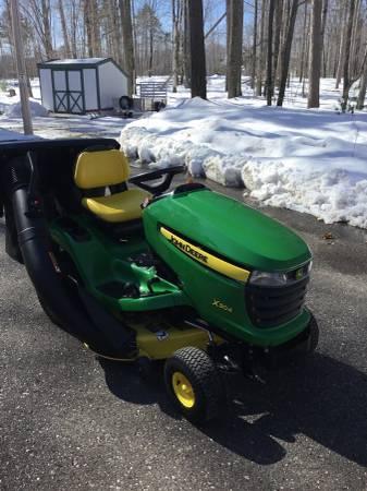 Photo John Deere X304 Lawn Tractor - $2100