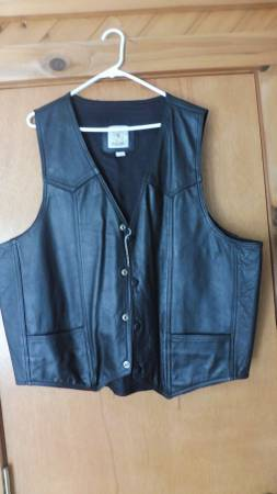 Photo NWOT BLACK LEATHER MOTORCYCLE SNAP FRONT VEST 2XL - $25 (Wrightstown)